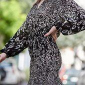 La robe Roberta suit la tendance avec ses hanches smockées et ses petits volants sur le bas !  Vous pouvez toujours participer au concours pour remporter un bon d'achat de 200€ sur le compte de @_annafiorentino_ !  Les retours sont toujours gratuits.   #laureplusmax #robe #roberta #tendance #smocke